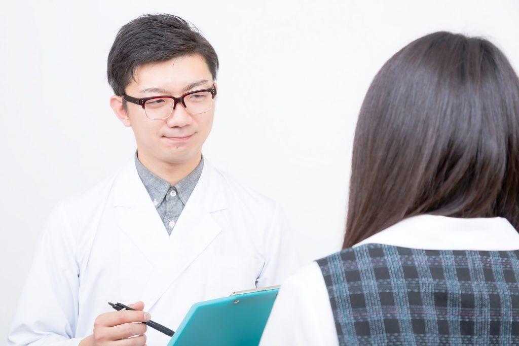 医者と問診を受ける女性